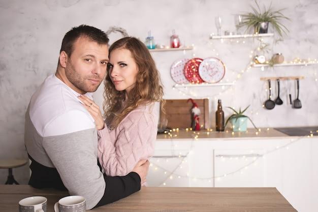 Liebespaar in winterkleidung in der küche