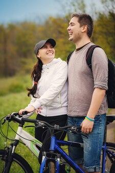 Liebespaar mit dem fahrrad fahren