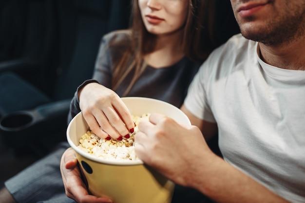 Liebespaar mit popcorn, das film im kino sieht. showtime, unterhaltungsindustrie