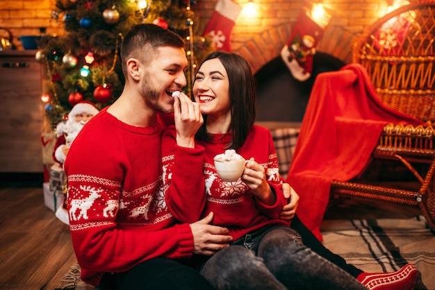 Liebespaar, romantische weihnachtsfeier. weihnachtsferien, mann und frau, die spaß haben, festliche dekoration