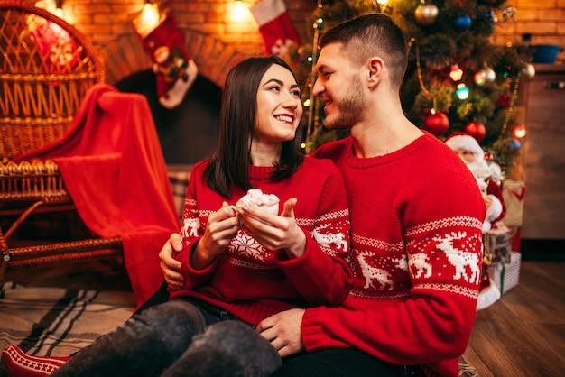 Liebespaar, romantische weihnachtsfeier