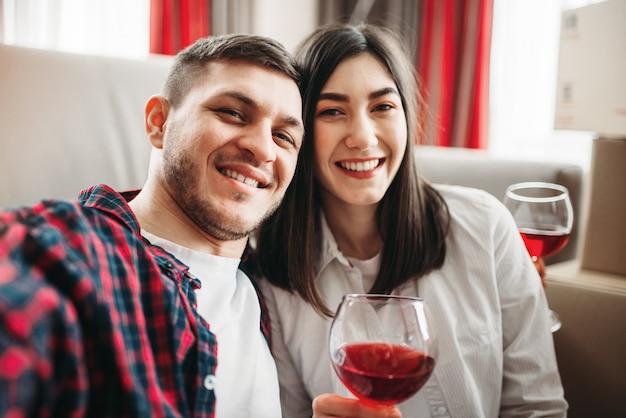 Liebespaar schaut film und trinkt rotwein