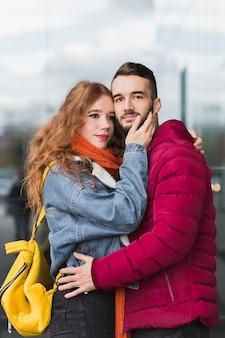 Liebespaar umarmen einander