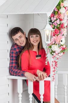 Liebespaar umarmt, sitzt auf der veranda