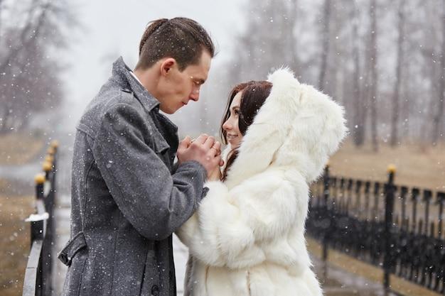 Liebespaar umarmt und küsst sich im herbst