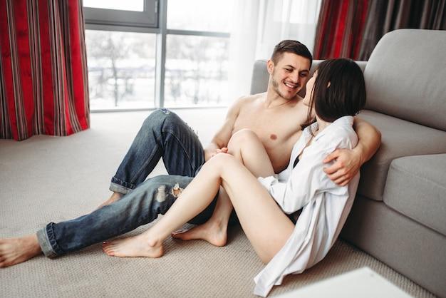 Liebespaar umarmt und schaut foto am telefon