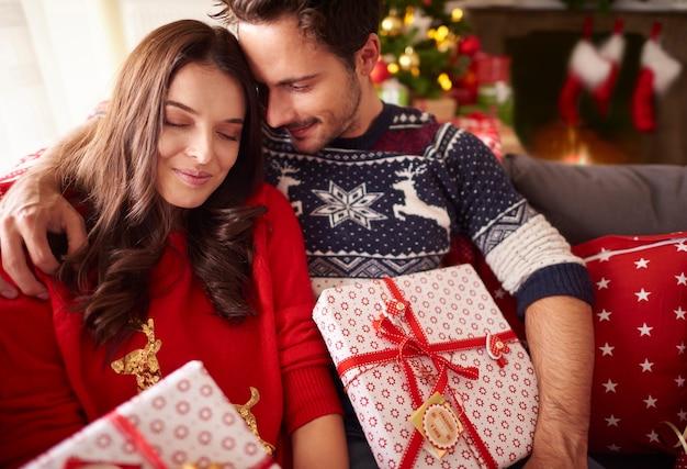 Liebespaar zur weihnachtszeit