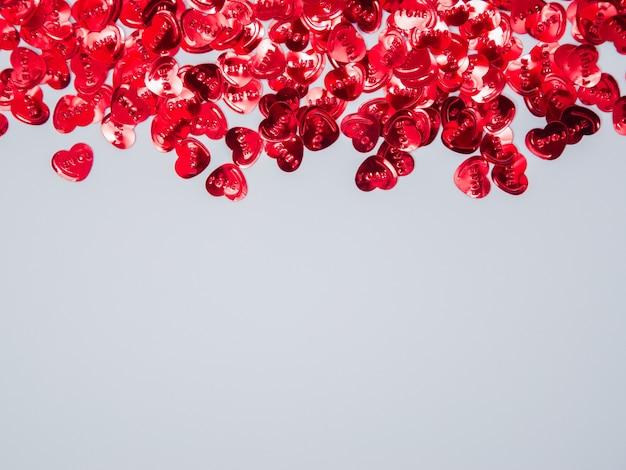 Liebesrahmen aus herzformobjekten auf weißem hintergrund mit kopierraum, flacher lage, draufsicht
