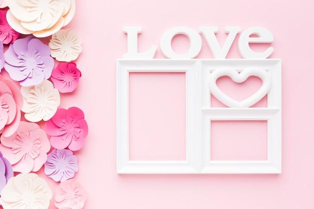Liebesrahmen mit blumenpapierdekoration