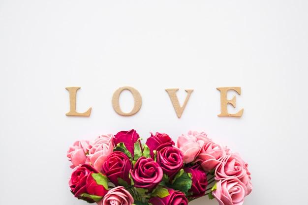 Liebesschreiben nahe erstaunlichem blumenstrauß