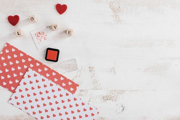 Liebesstempel mit papieren und tinte