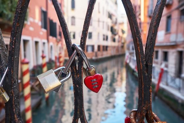 Liebesverschlüsse auf der brücke in venedig, italien.