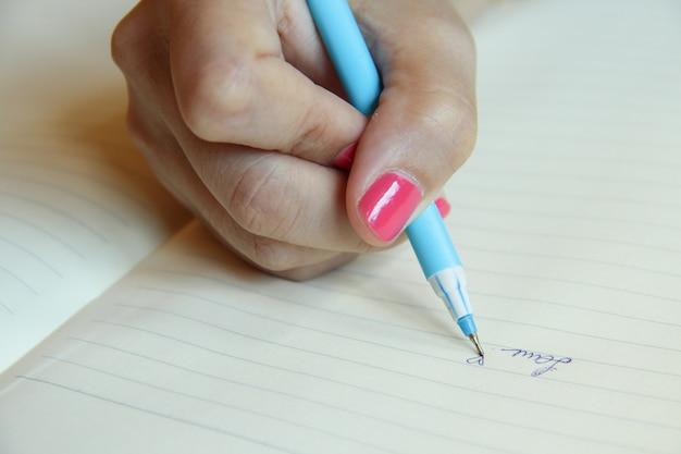 Liebeswort auf papier geschrieben