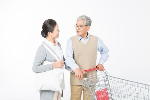 Liebevolle ältere paare einkaufen