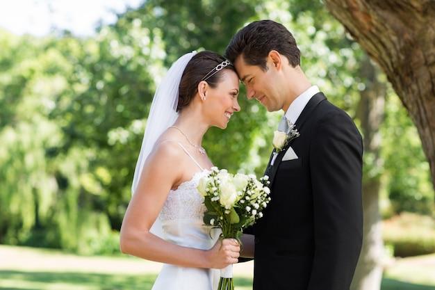 Liebevolle eben verheiratete paare im garten
