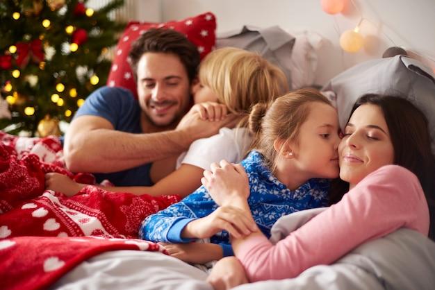 Liebevolle familie am weihnachtsmorgen