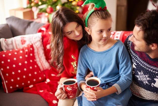 Liebevolle familie, die zu weihnachten dunkle schokolade trinkt