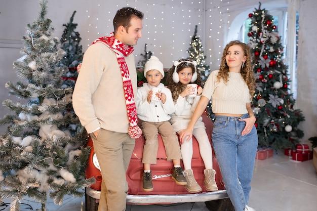 Liebevolle familie, frohe weihnachten und schöne feiertage. eltern und ihre kinder haben spaß
