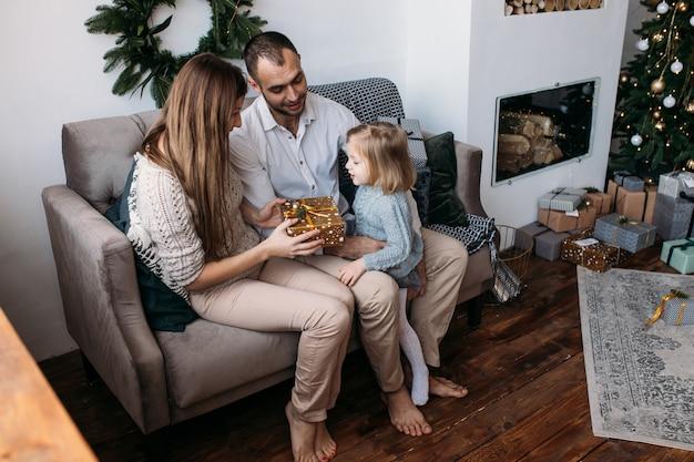 Liebevolle familie mit geschenken im raum
