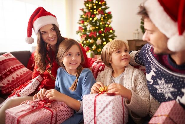 Liebevolle familie mit weihnachtsgeschenken