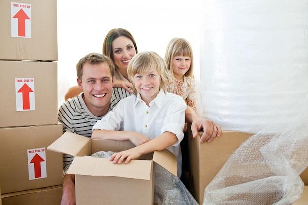 Liebevolle familie verpackungskästen