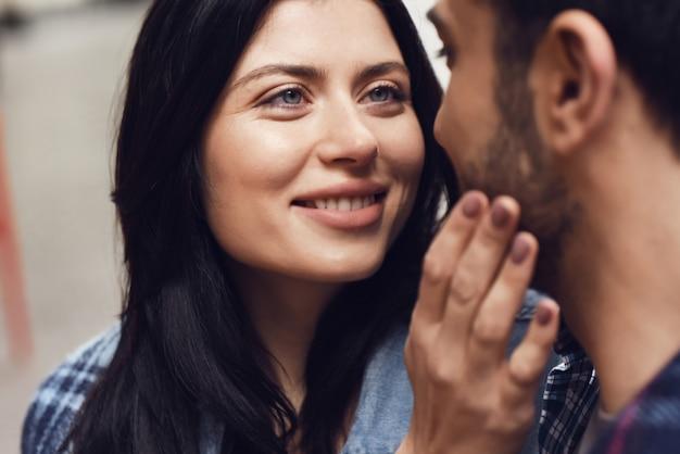 Liebevolle frau berührt das mann-gesicht, das geht zu küssen.