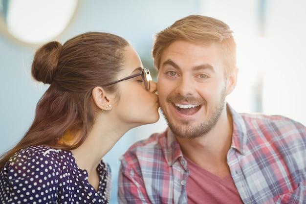 Liebevolle frau küsst mann