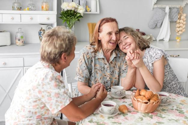 Liebevolle frauen aus drei generationen verbringen zeit miteinander zu hause