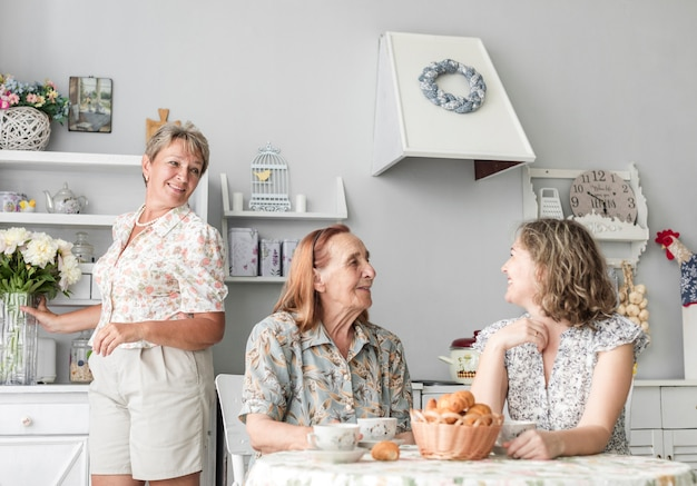 Liebevolle frauen mehrerer generationen verbringen zeit miteinander