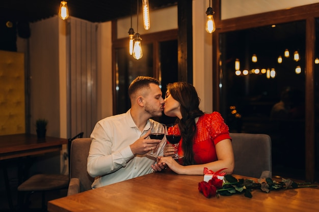 Liebevolle leute, die im café zu abend essen