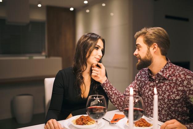 Liebevolle leute, die romantisches zu abend essen