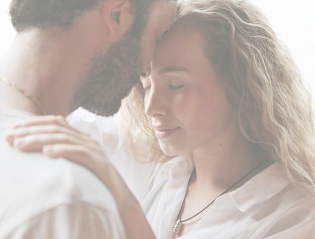 Liebevolle paare, die einen romantischen moment haben
