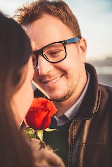 Liebevolle paare mit rotrose