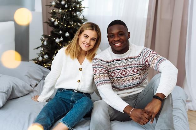 Liebevoller ehemann und ehefrau feiern weihnachten zu hause.