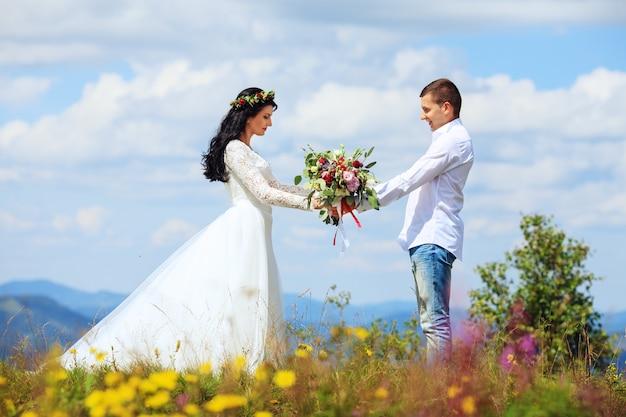 Liebevoller ehemann und ehefrau in den bergen. fotoshooting vor der hochzeit