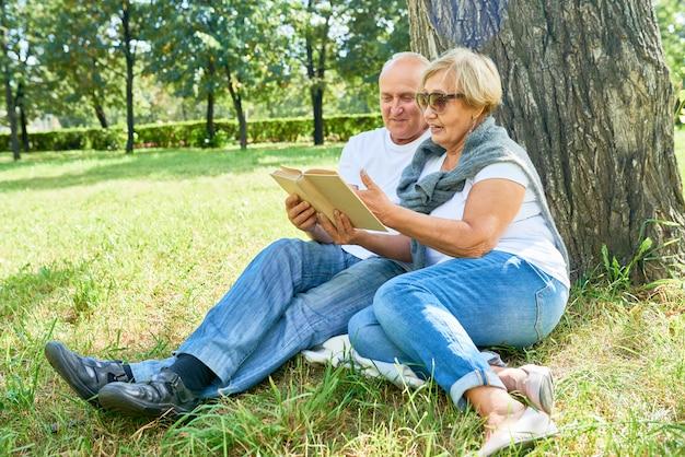 Liebevolles älteres paar im park