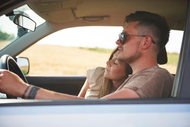 Liebevolles junges paar, das mit dem auto reist