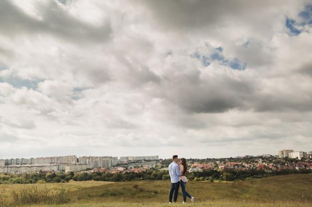 Liebevolles junges paar, das umarmt und die zeit zusammen im freien genießt. liebe und zärtlichkeit, dating, romantik, familienkonzept.