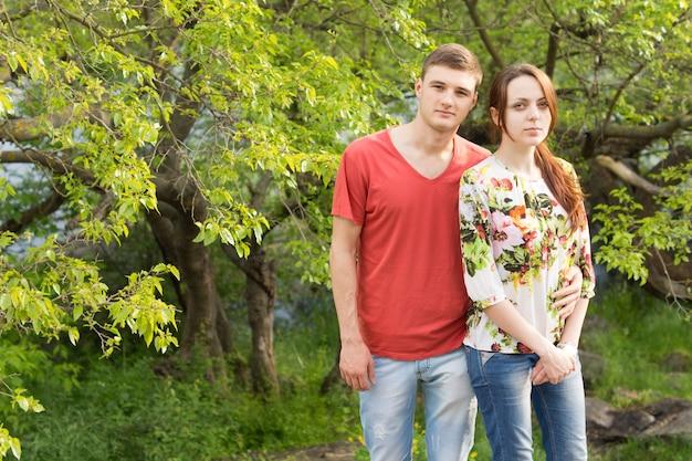 Liebevolles junges paar im üppigen wald