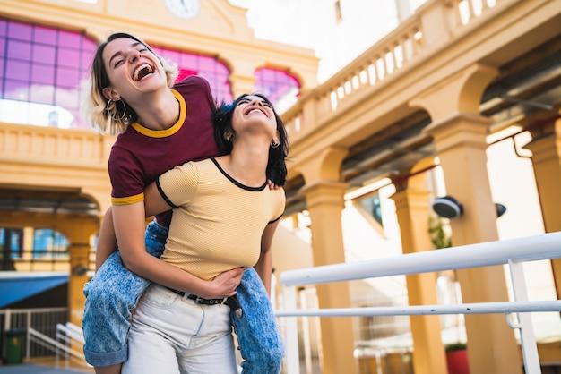 Liebevolles lesbisches paar, das spaß auf der straße hat.