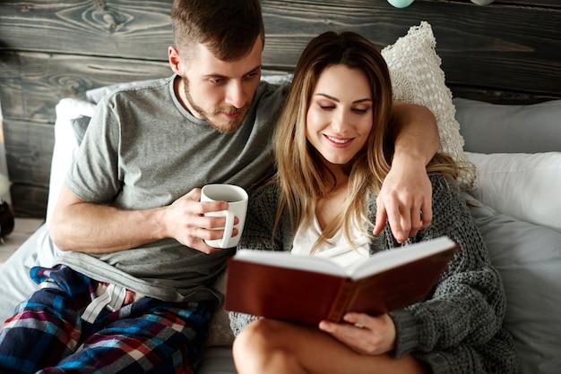 Liebevolles paar, das zeit zusammen im schlafzimmer verbringt