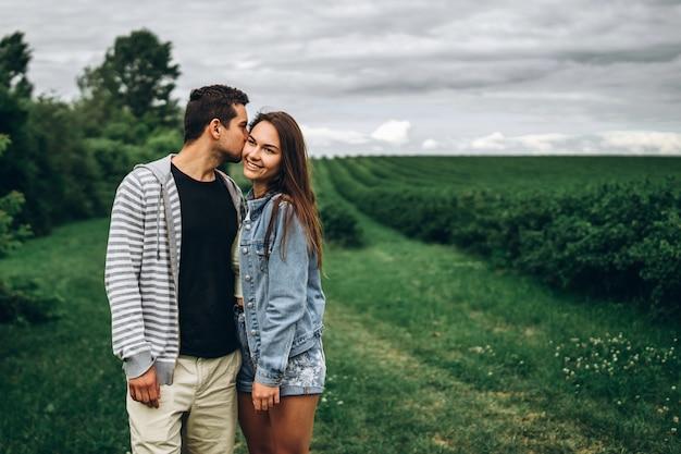 Liebevolles und süßes paar in der natur