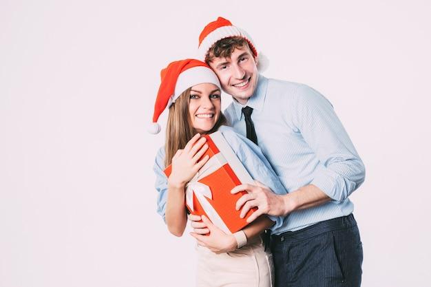 Liebevolles weihnachtspaar, das in den ferien genießt