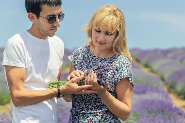 Liebhaber auf dem blühenden gebiet des lavendels.