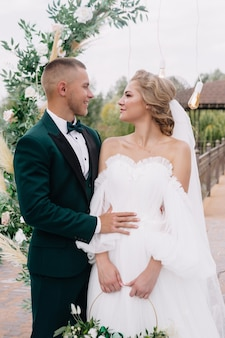 Liebhaber braut und bräutigam am hochzeitstag