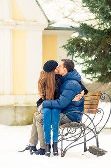 Liebhaber, die auf der bank küssen