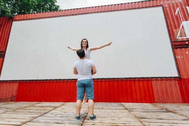 Liebhaber haben spaß an einem date in der straßenszene