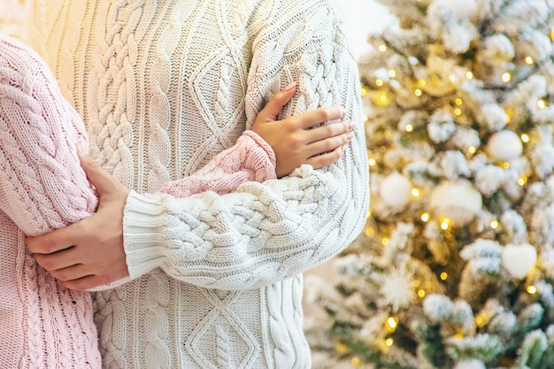 Liebhaber mann und frau auf einem weihnachtshintergrund. tiefenschärfe.