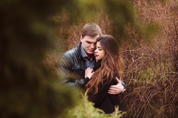 Liebhaber mann und frau im freien umarmen