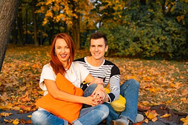 Liebhaber mann und frau im park im herbst